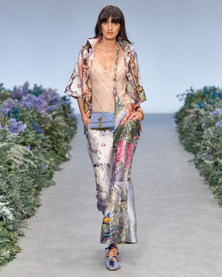 Žena v květinovém modelu Zimmermann