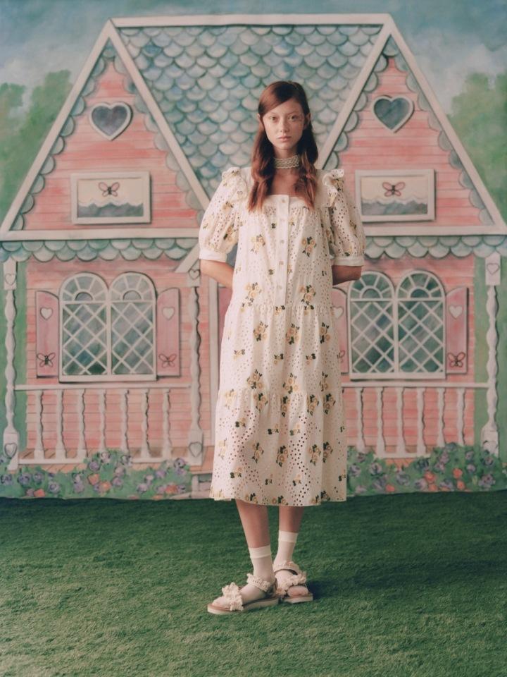 Žena v květinových šatech Anna Sui