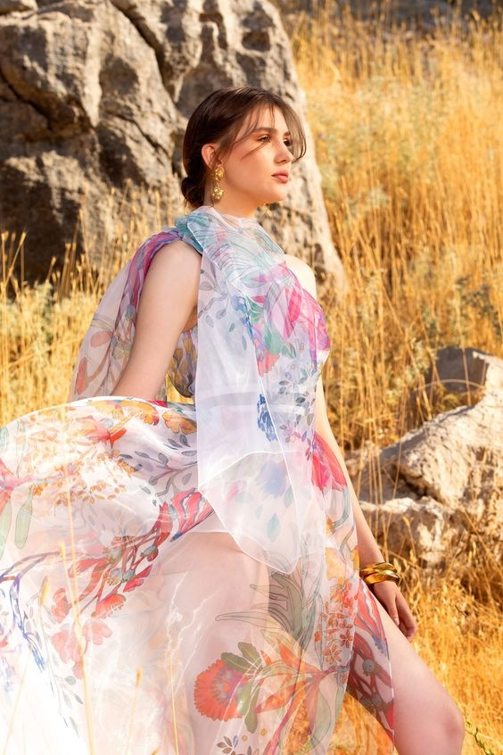 Žena v květinových šatech Elie Saab SS2021