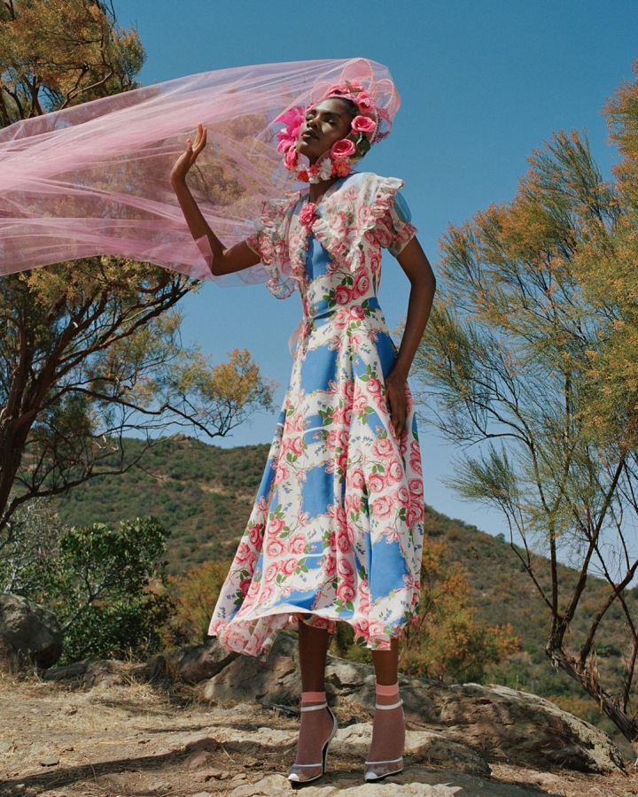 Žena v květinových šatech Rodarte
