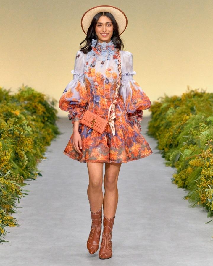 Žena v květinových šatech Zimmermann