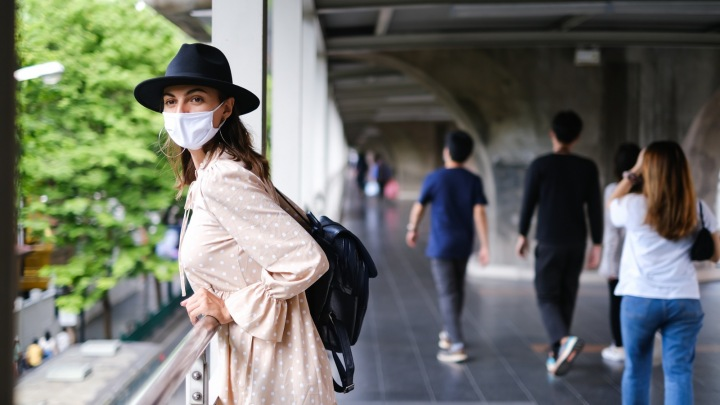 Žena v masce a klobouku