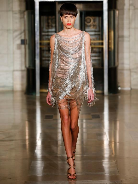 Žena v metalických šatech Oscar de la Renta