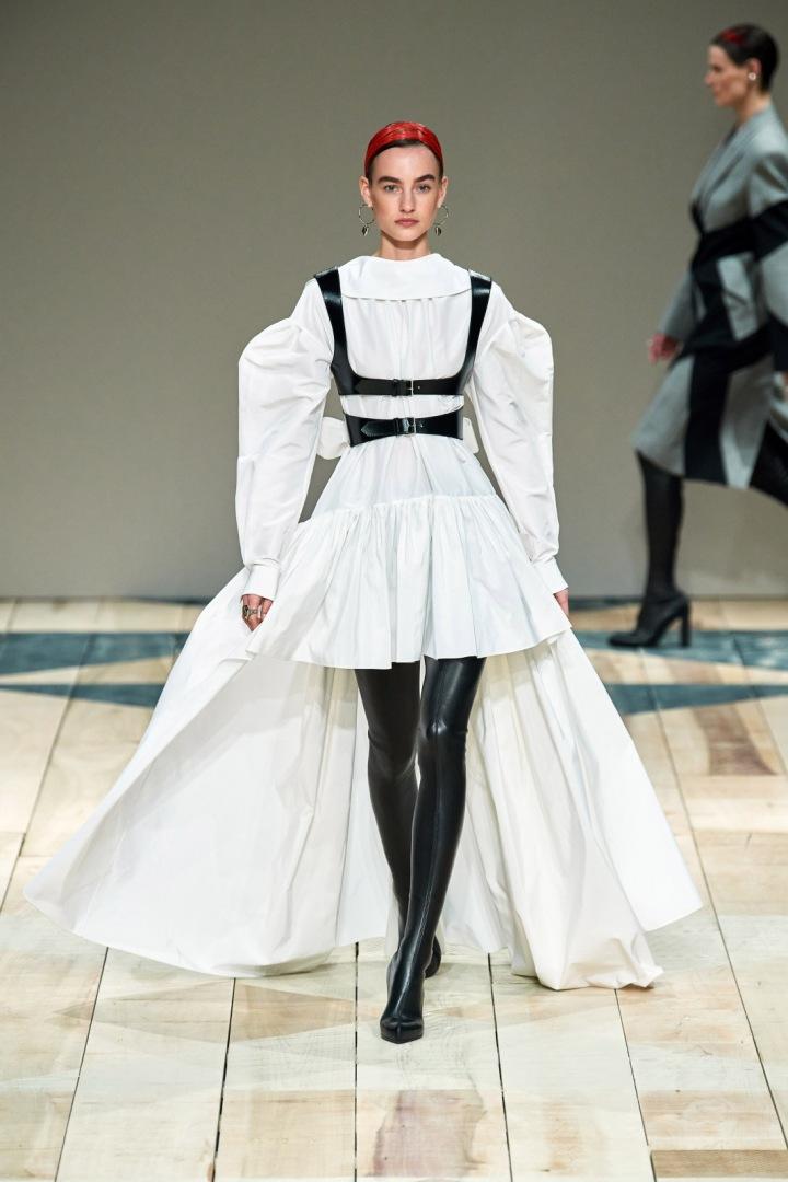 Žena v modelu Alexander McQueen