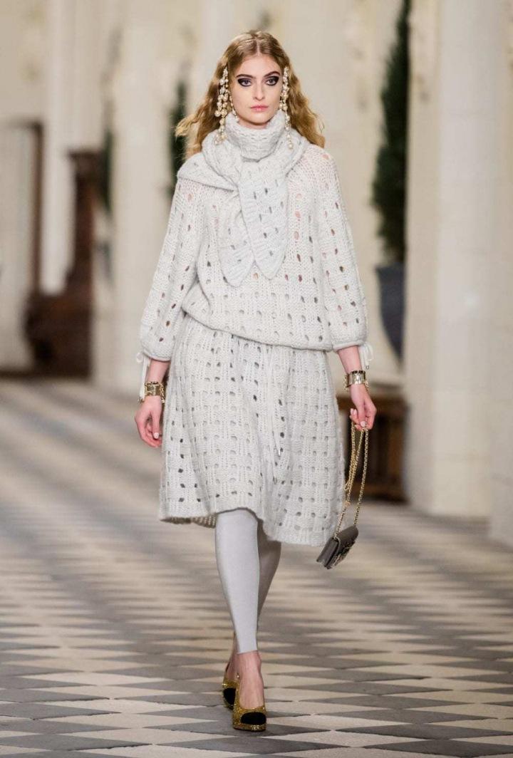 Žena v modelu Chanel Métiers d'art 2020/21