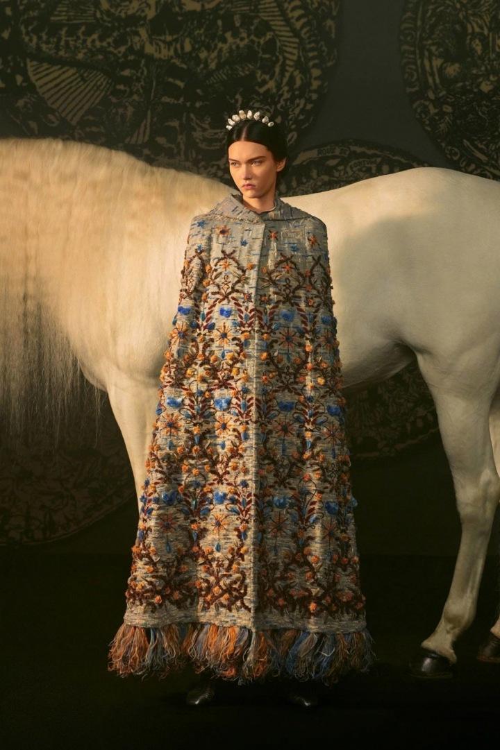 Žena v modelu Dior Spring 2021 Couture