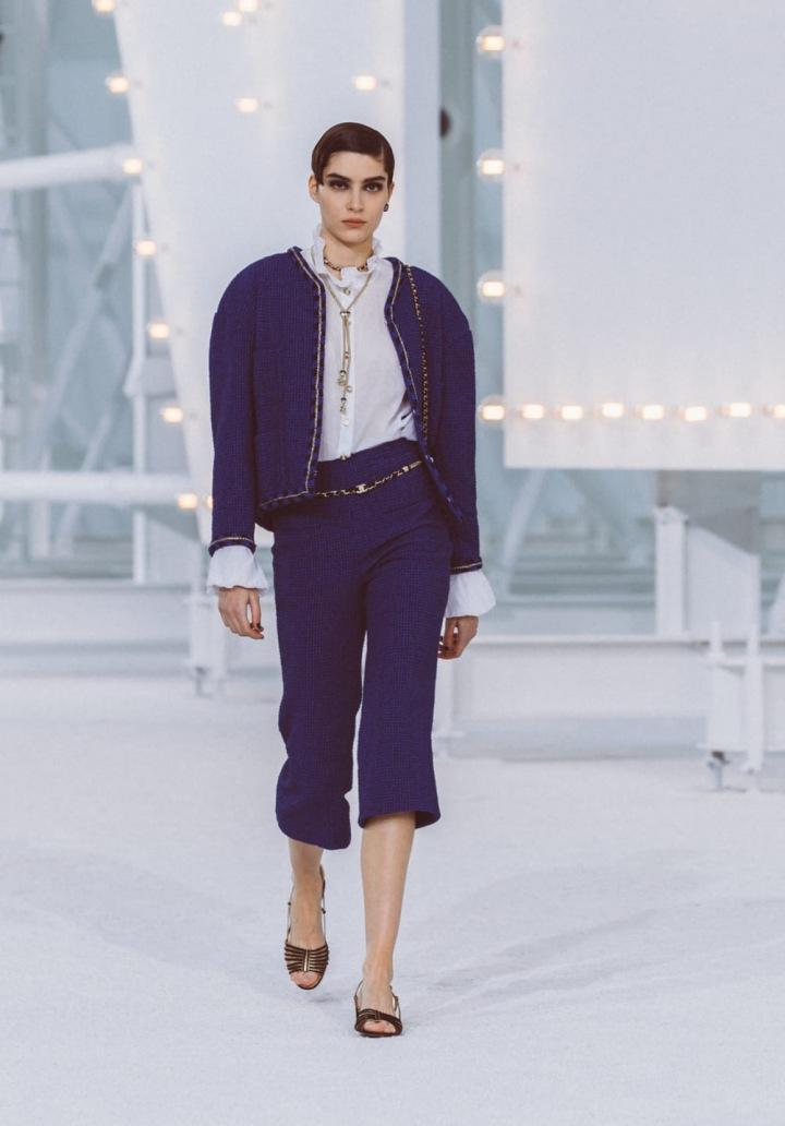 Žena v modrém kostýmku Chanel SS2021