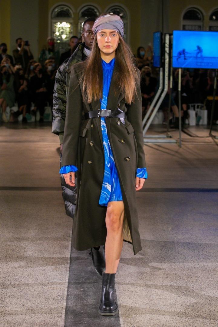 Žena v modrých šatech a černém kabátu Pietro Filipi
