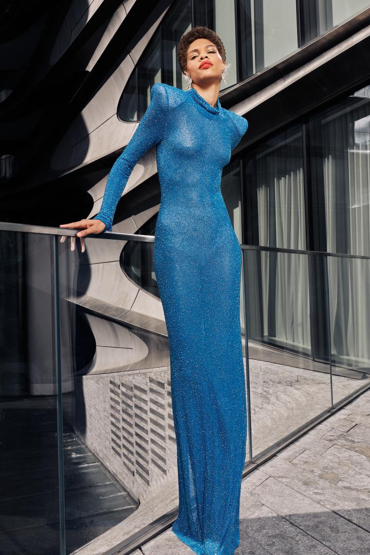 Žena v modrých šatech Naeem Khan