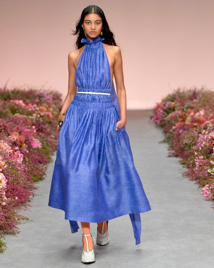Žena v modrých šatech Zimmermann