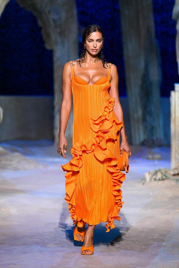 Žena v oranžových šatech Versace SS2021