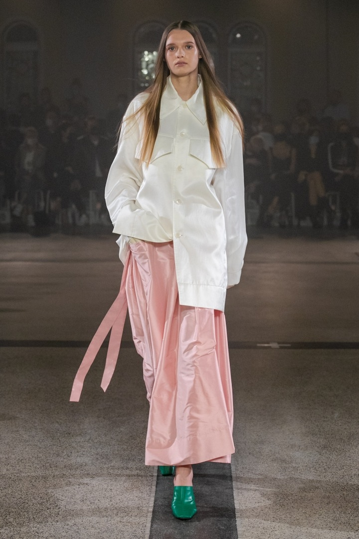 Žena v růžovo-bílém outfitu od Zoltána Tótha