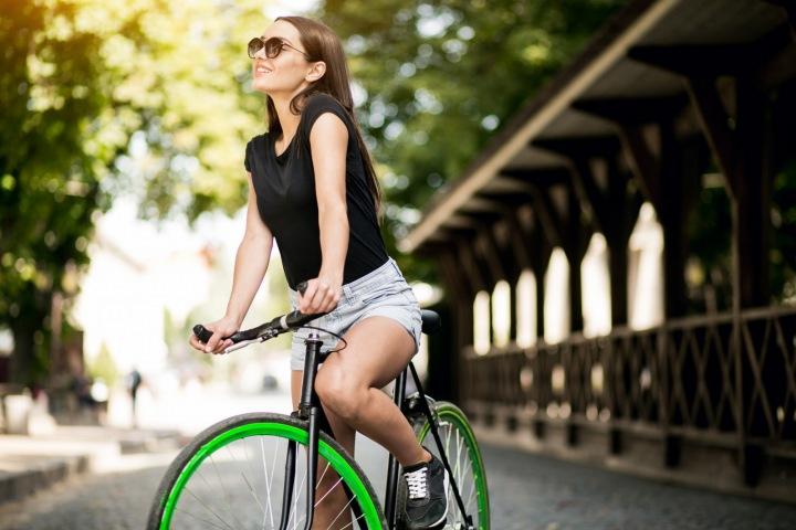 Žena v parku na kole