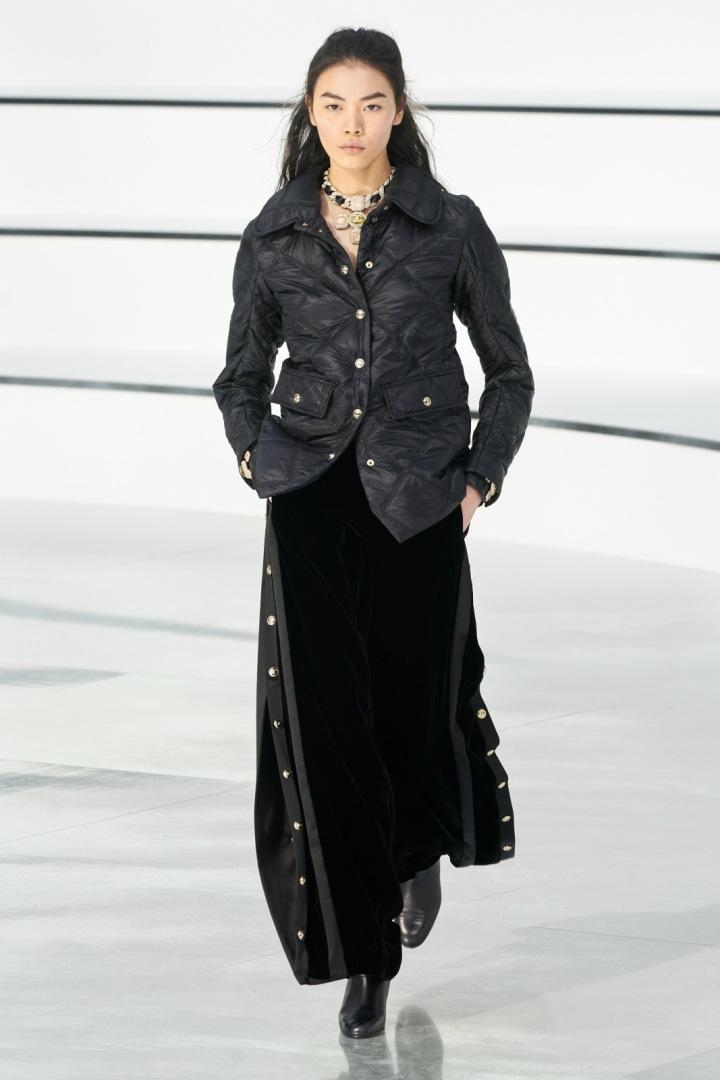 Žena v prošívané bundě Chanel