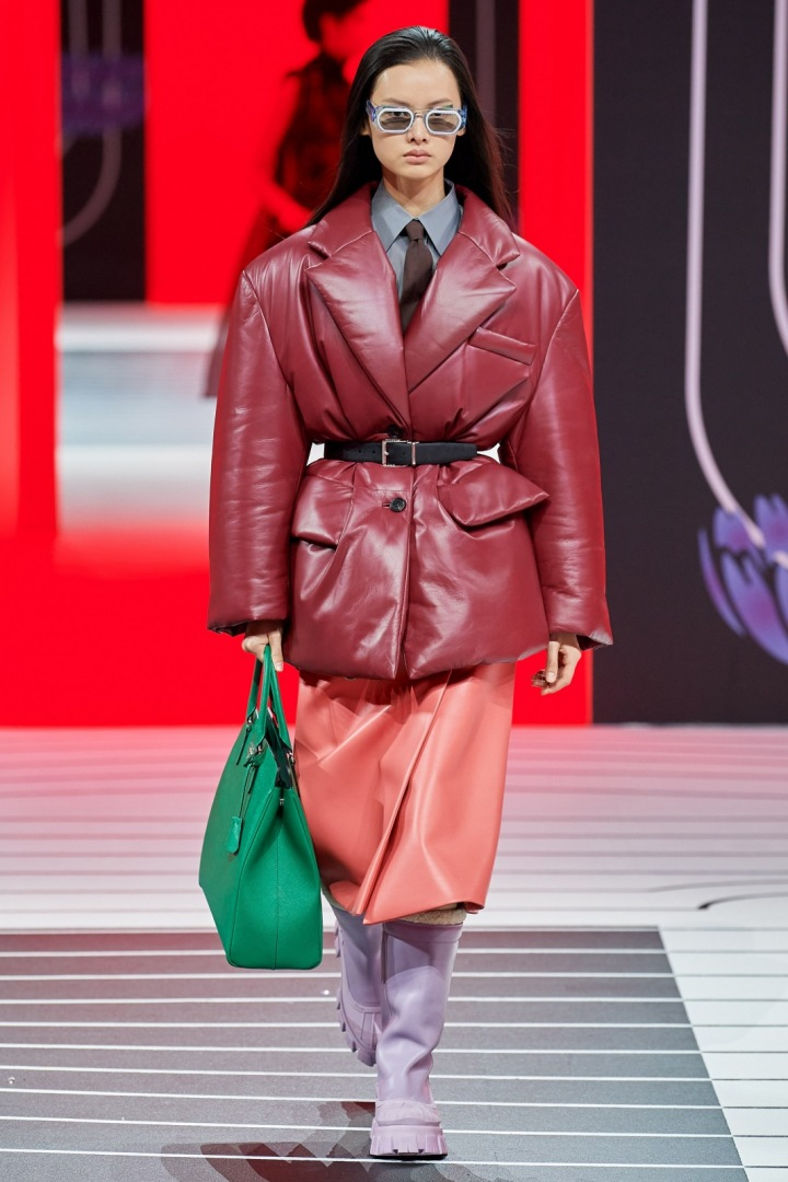 Žena v puffer jacket Prada