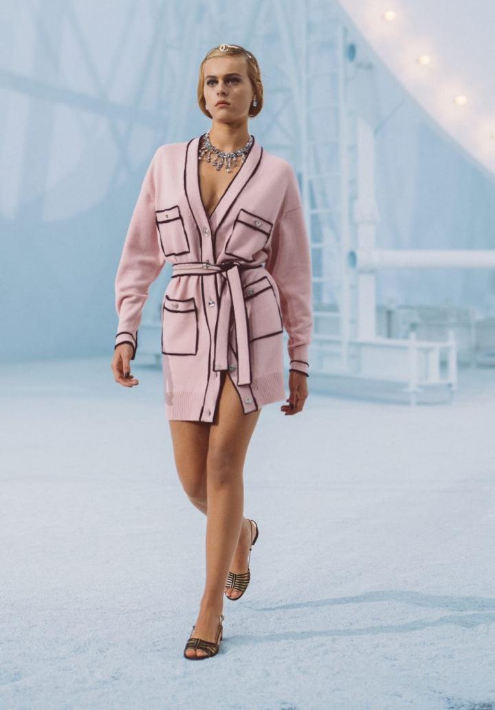 Žena v růžovém modelu Chanel SS2021