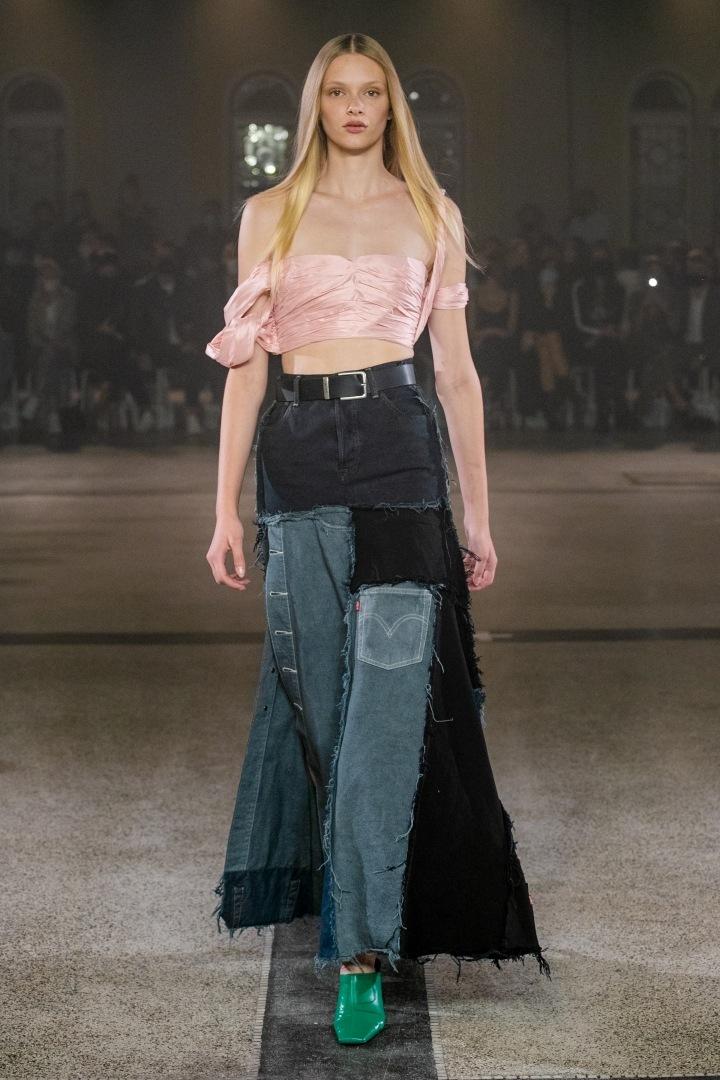 Žena s růžovým topem a kalhotami od Zoltána Tótha