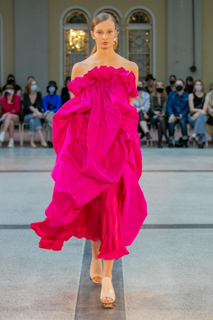 Žena v růžových šatech od Natalie Dufkové