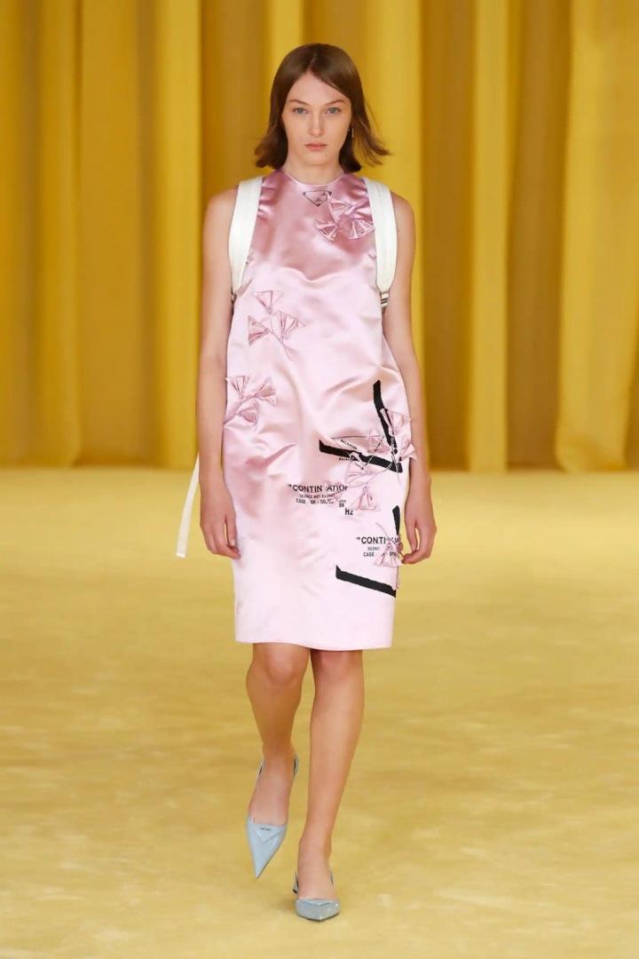 Žena v růžových šatech Prada SS2021