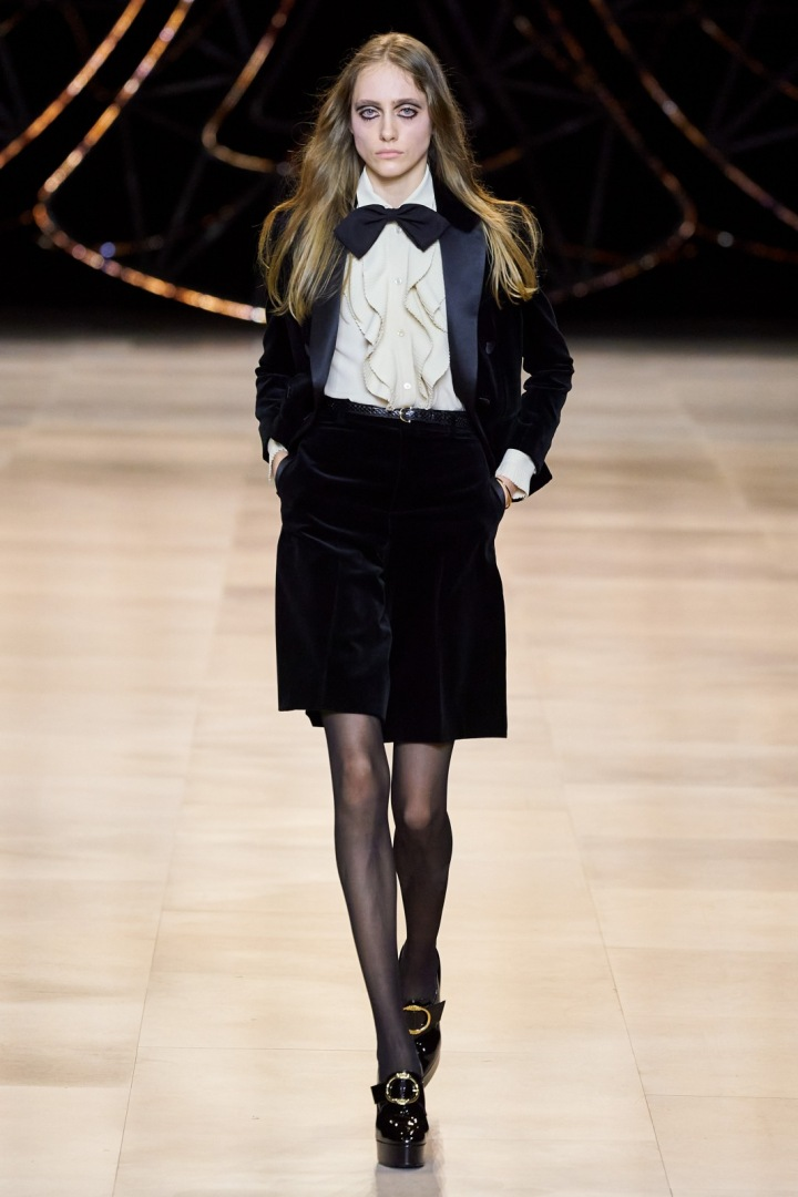 Žena v sametovém obleku Céline