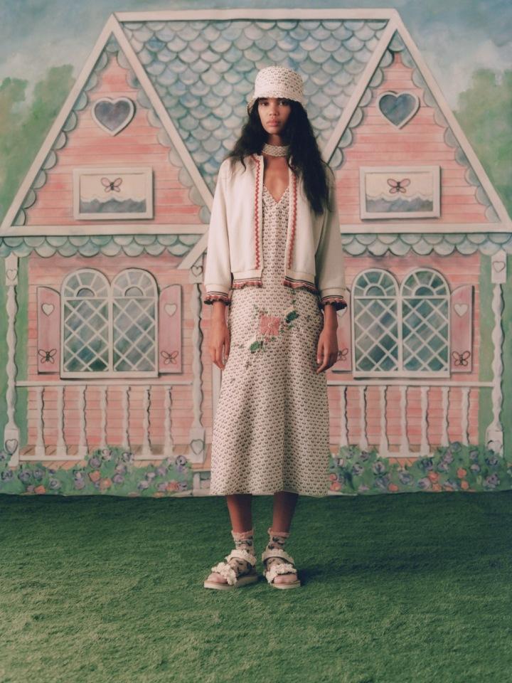 Žena v šatech a saku Anna Sui