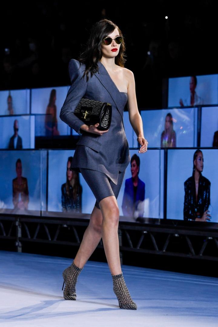 Žena v obleku Balmain SS2021
