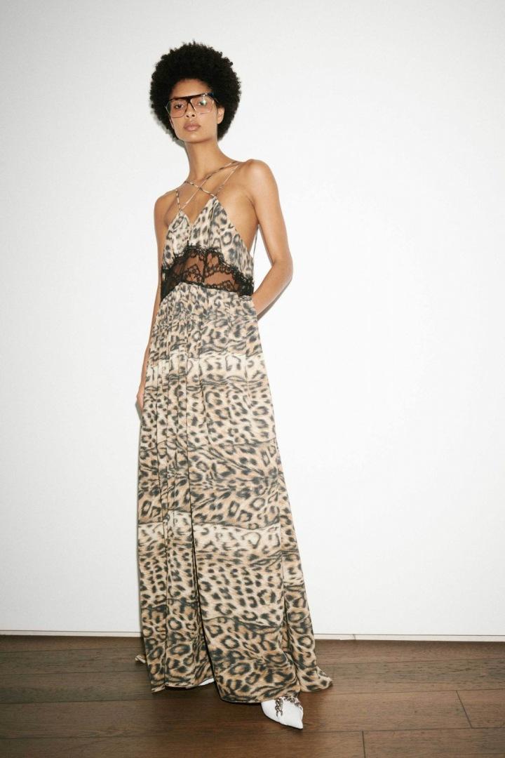 Žena v šatech se zvířecím motivem Victoria Beckham