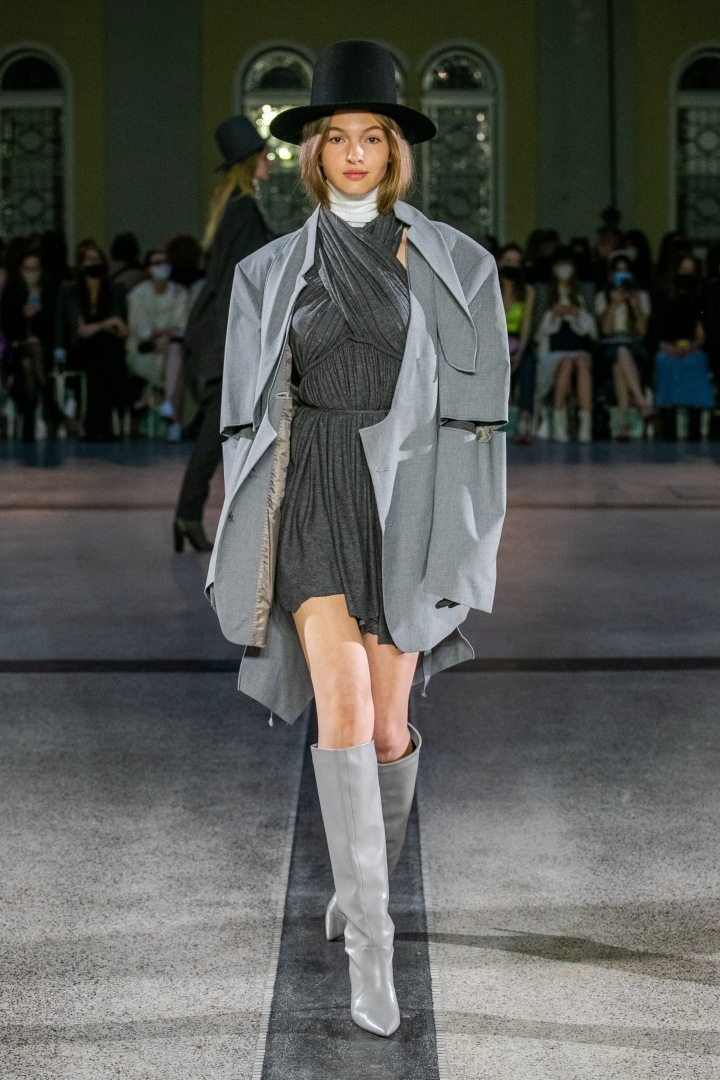 Žena v šedém kabátu a šatech od Jakuba Polanky