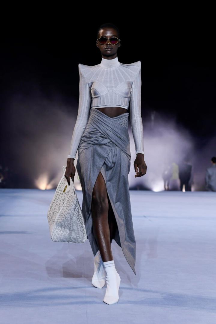 Žena v šedém modelu Balmain SS2021