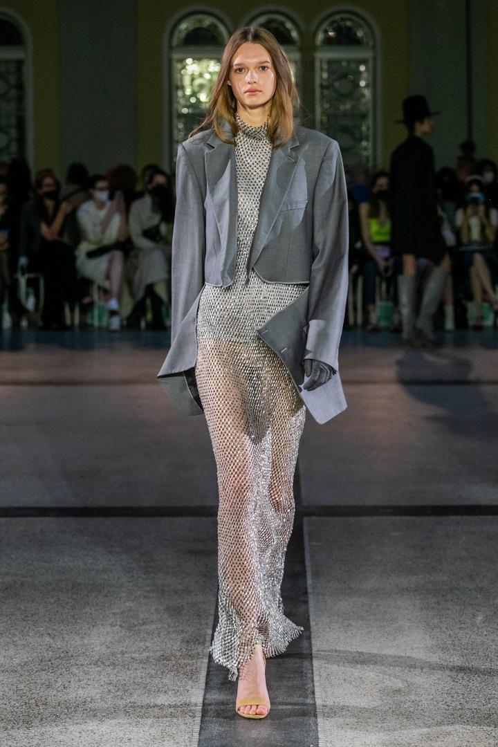Žena v stříbrném outfitu od Jakuba Polanky