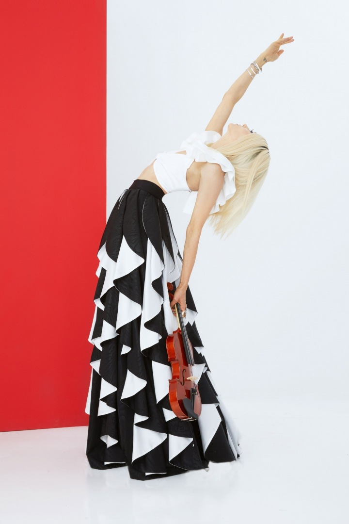 Žena v sukni a bílém topu Alice + Olivia