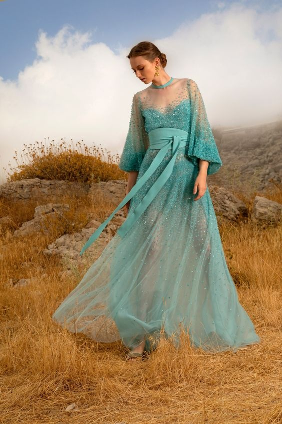 Žena v tyrkysových šatech Elie Saab SS2021