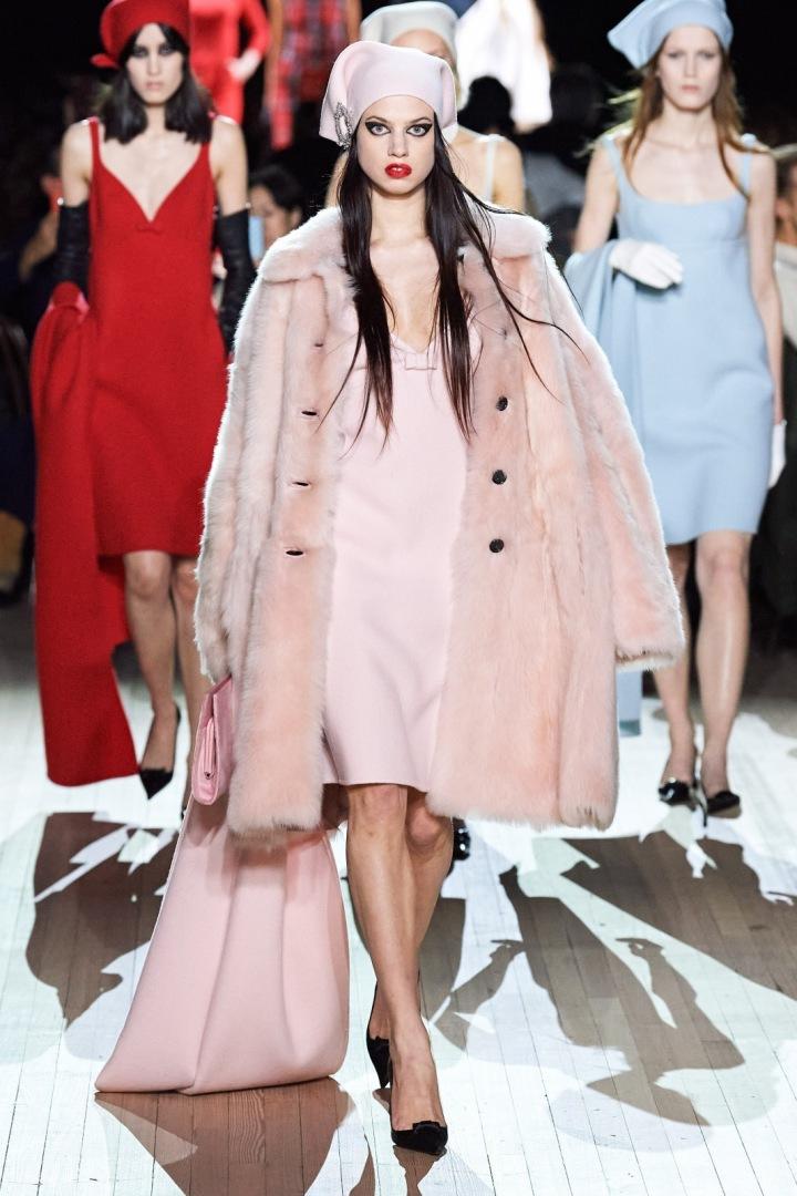 Žena v kabátu z umělé kožešiny Marc Jacobs