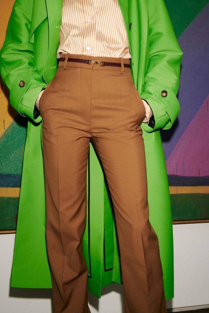Žena v zeleném kabátě Victoria Beckham