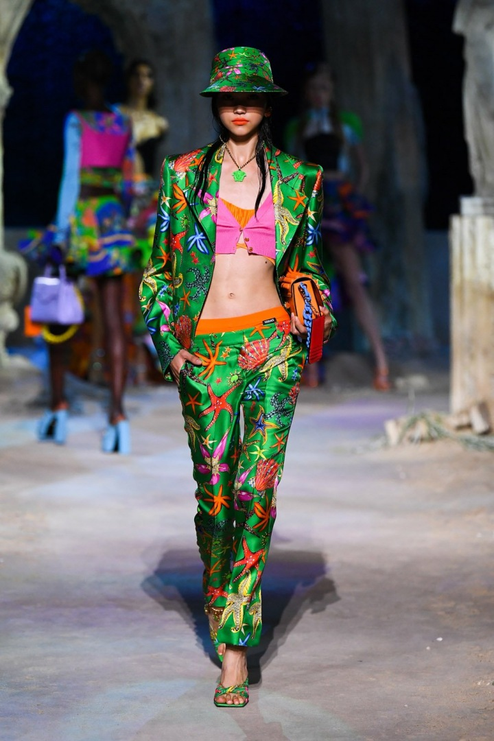 Žena v zeleném obleku Versace SS2021