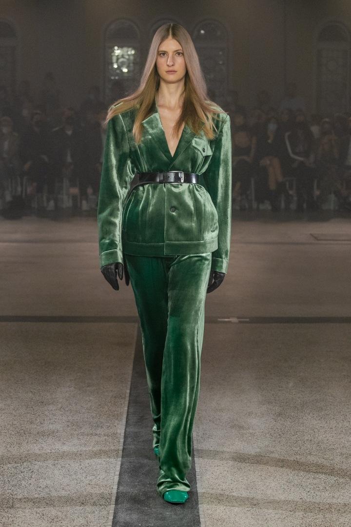 Žena v zeleném outfitu od Zoltána Tótha