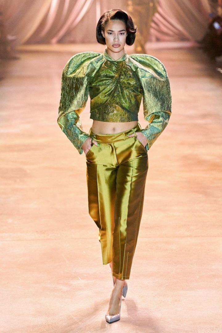 Žena v zeleném topu a zlatých kalhotách Christopher John Rogers