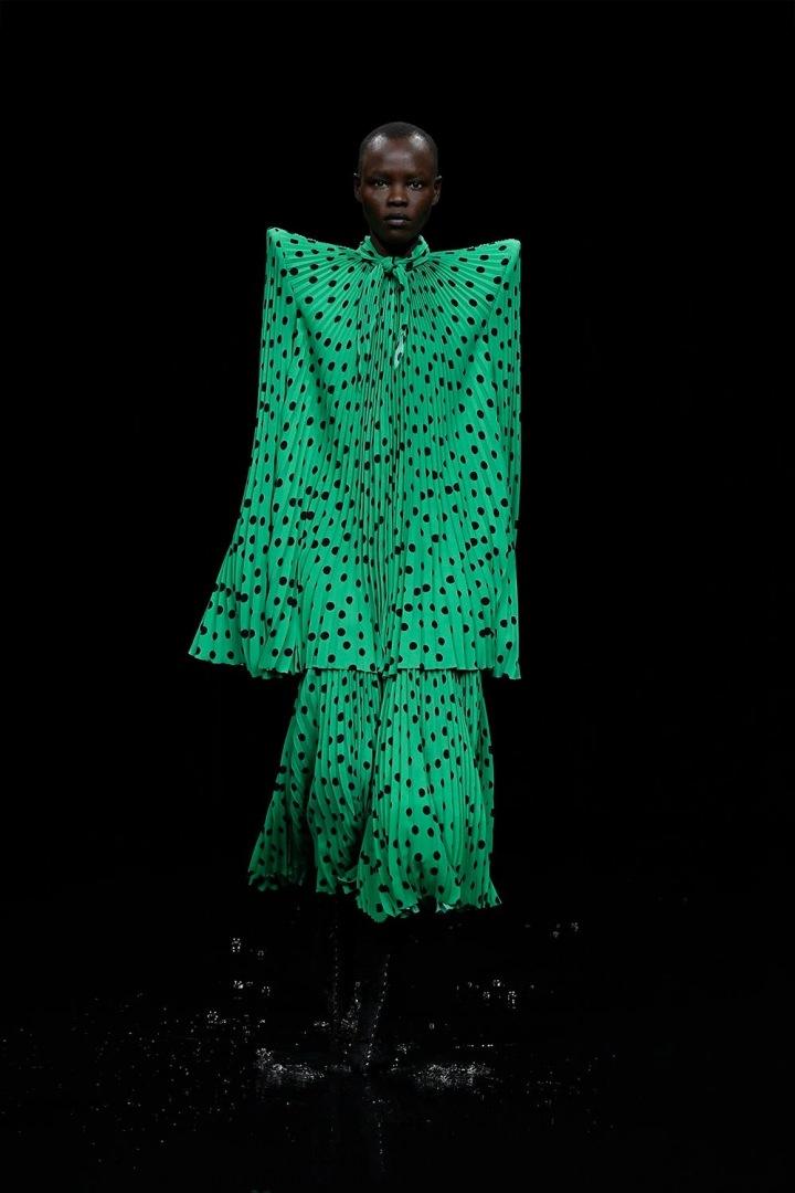 Žena v zelených šatech Balenciaga