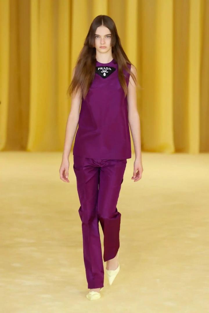 Žena ve fialovém kompletu Prada SS2021
