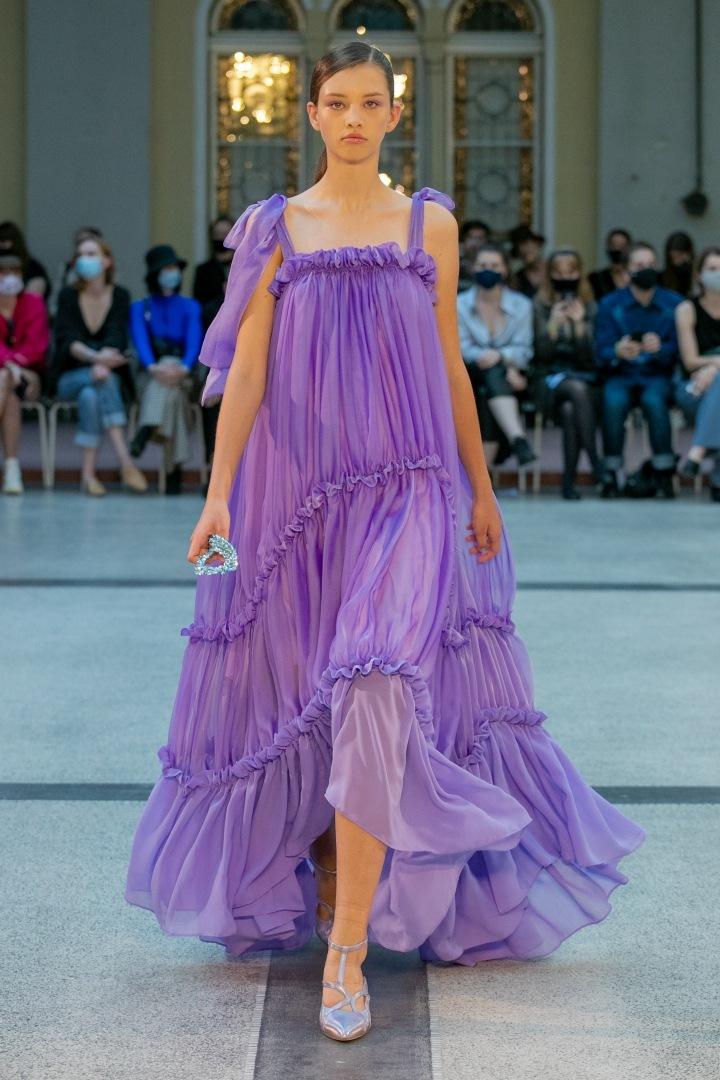 Žena ve fialových šatech od Natalie Dufkové