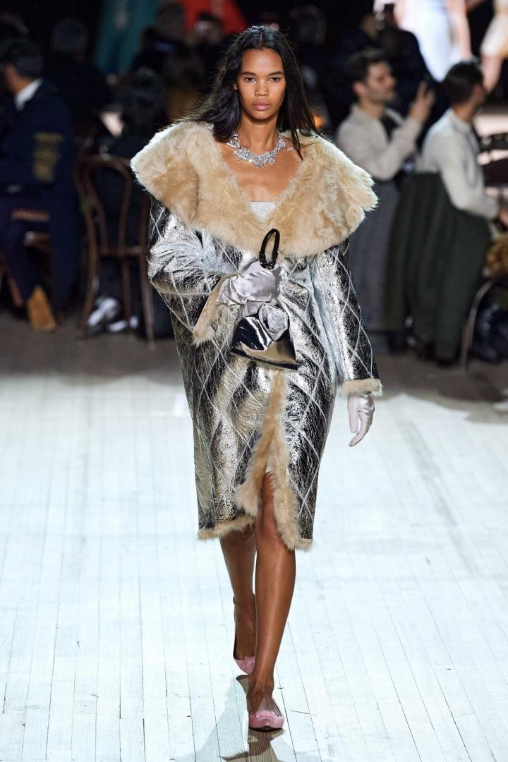 Žena ve stříbrné prošívané bundě Marc Jacobs