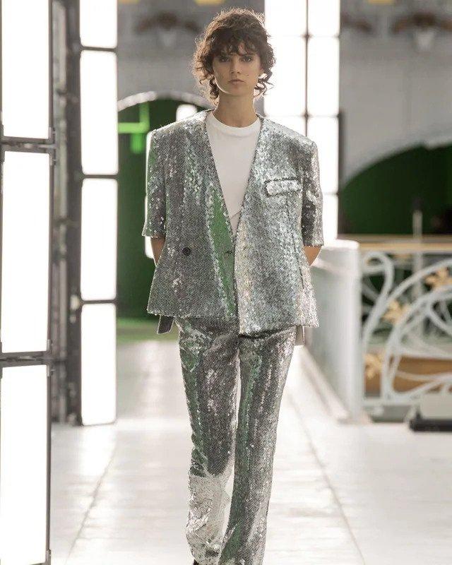 Žena ve stříbrném obleku s flitry Louis Vuitton SS2021