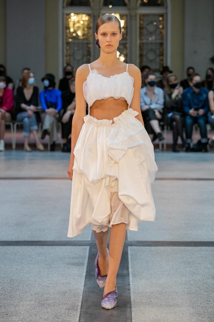 Žena ve světlých šatech od Natalie Dufkové