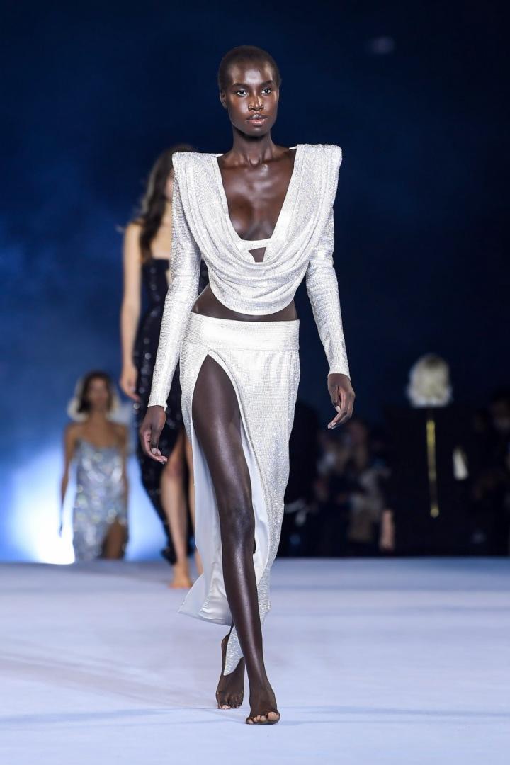 Žena ve třpytivém modelu Balmain SS2021