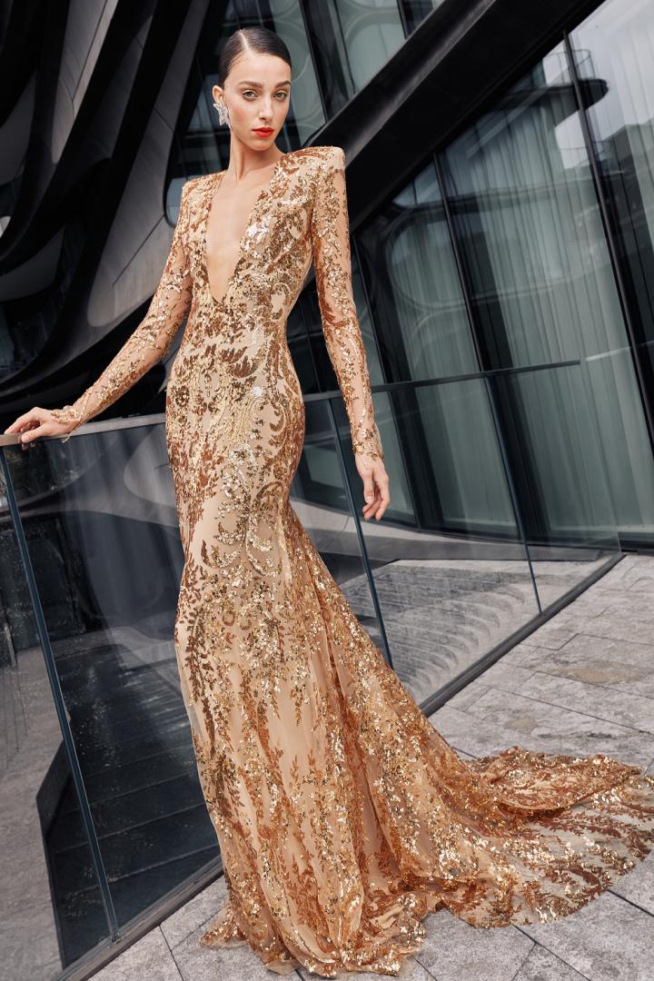 Žena ve zlatých šatech Naeem Khan