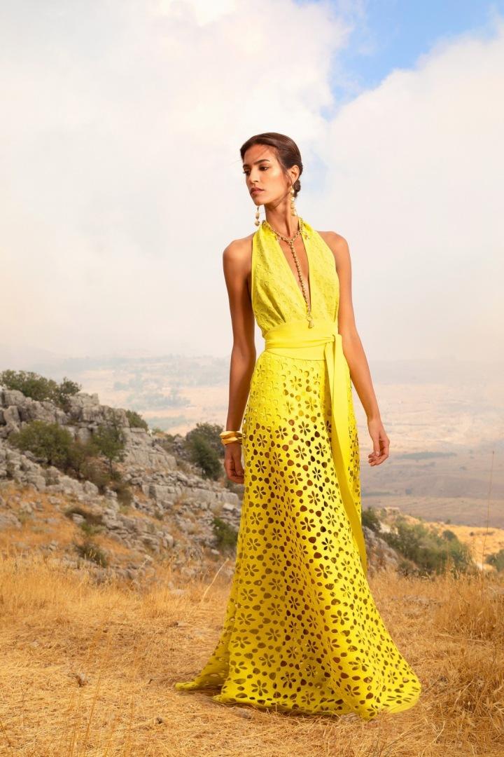 Žena ve žlutých šatech Elie Saab