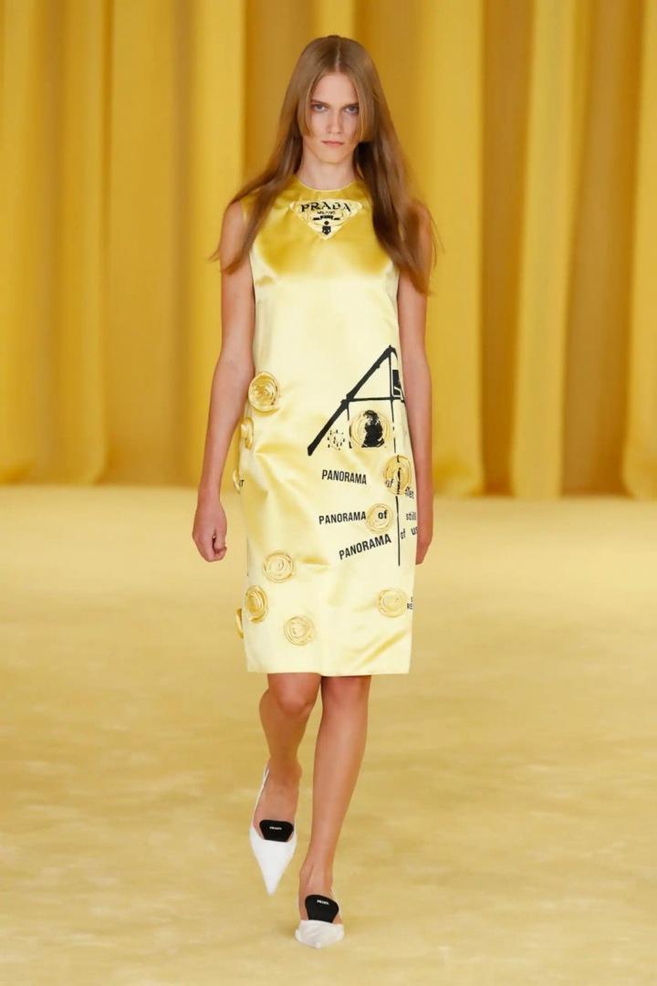 Žena ve žlutých šatech Prada SS2021