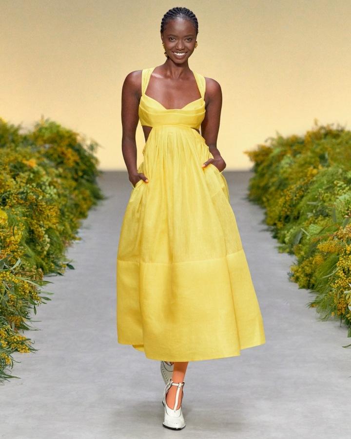 Žena ve žlutých šatech Zimmermann SS2021