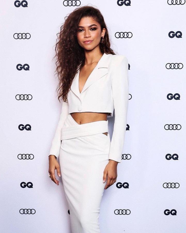 Zendaya stojí v bílém sáčku a sukni