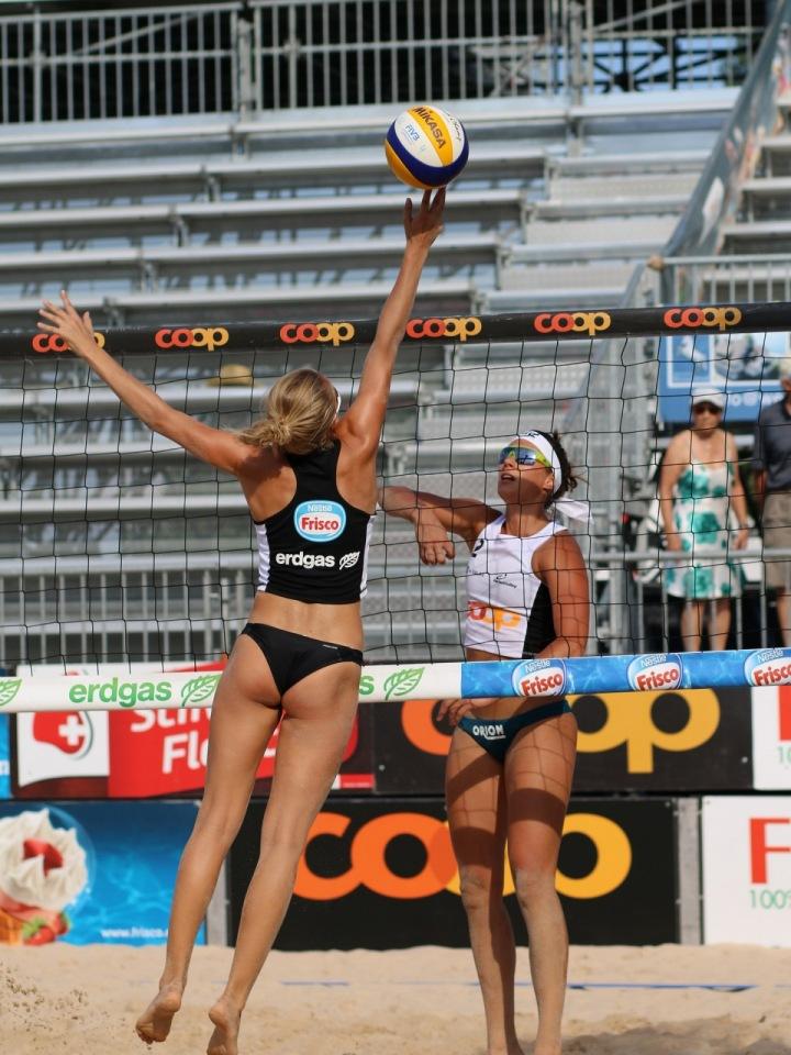 Ženy hrají beach volejbal.